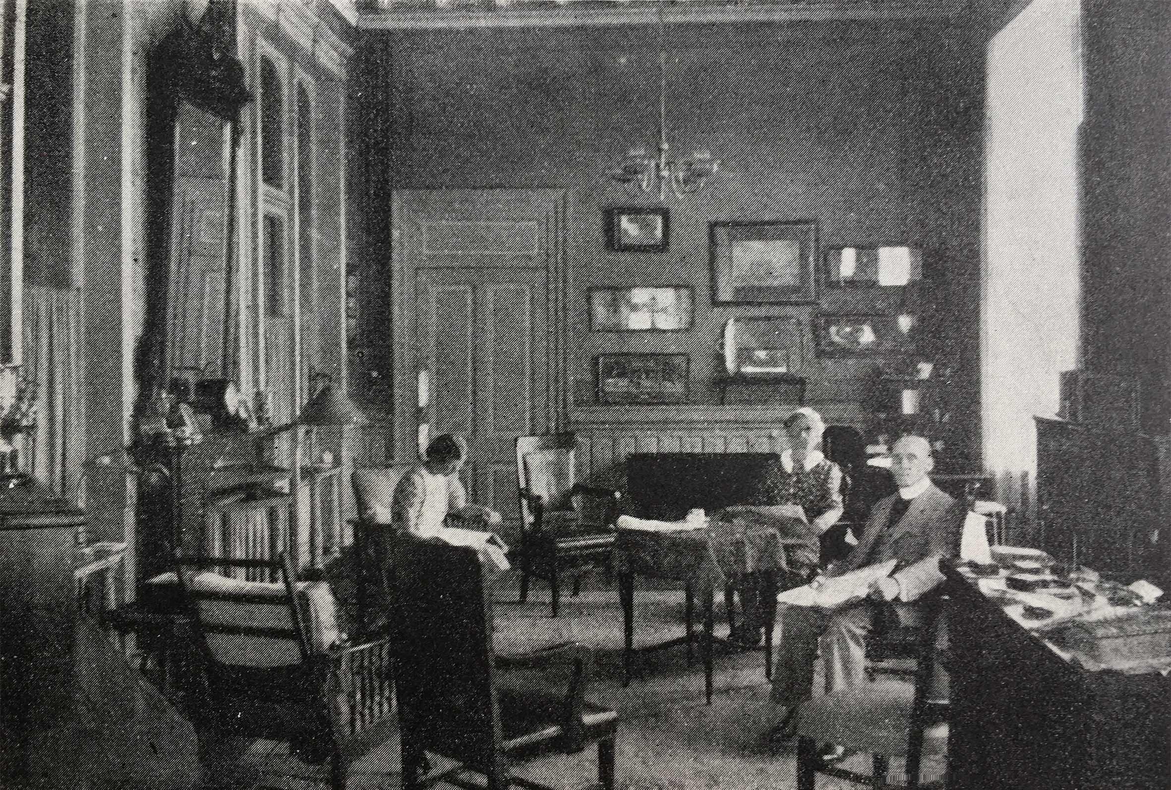 Rev. G.H. Knight-Clarke en la Sala Principal del Colegio junto a su mujer e hija en 1938