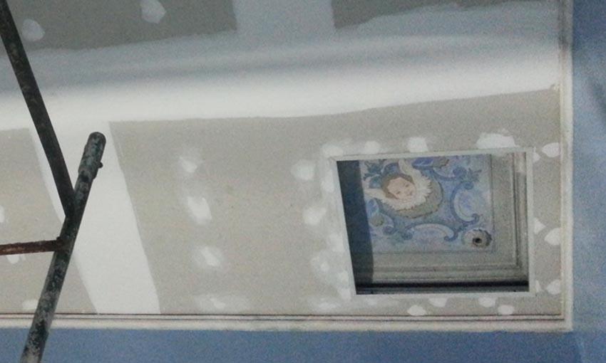 Agregado de un cieloraso con vista de la pintura del cieloraso original en la actual sala de Computación