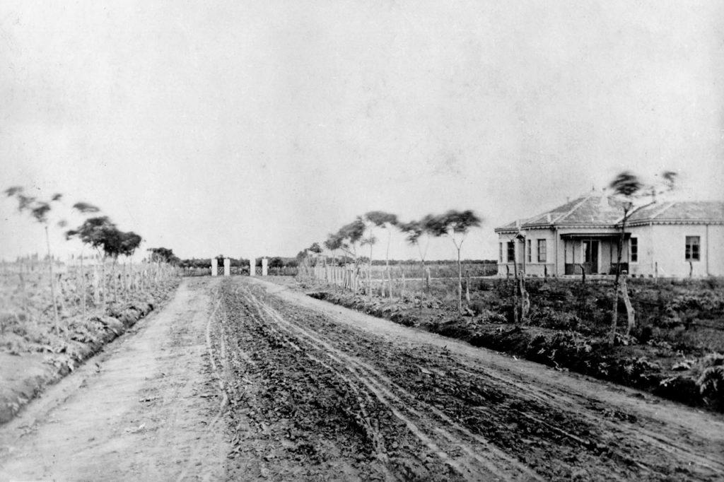 Actual Avenida Meeks, a la derecha se observa la casa del mayordomo de la estancia (Esquina Meeks y Colombres). Actualmente Galería Visión (1870)