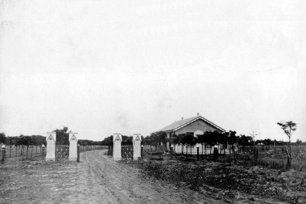 Portón y puesto de entrada. Vista desde actual Avenida Meeks y Sixto Fernandez. Obsérvese la curva hacia la derecha actual R.Falcón (1870)