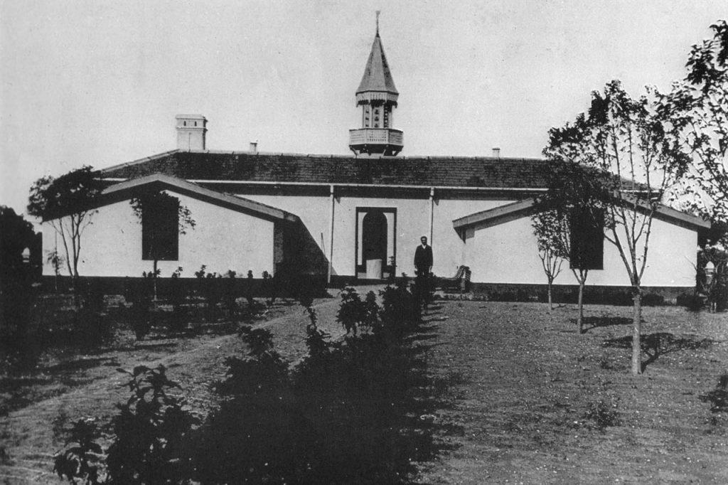 Vista de la cocina y del área de servicio desde el Ombú. Posteriormente se agregó la torre de agua como se la conoce hoy en día (1870)