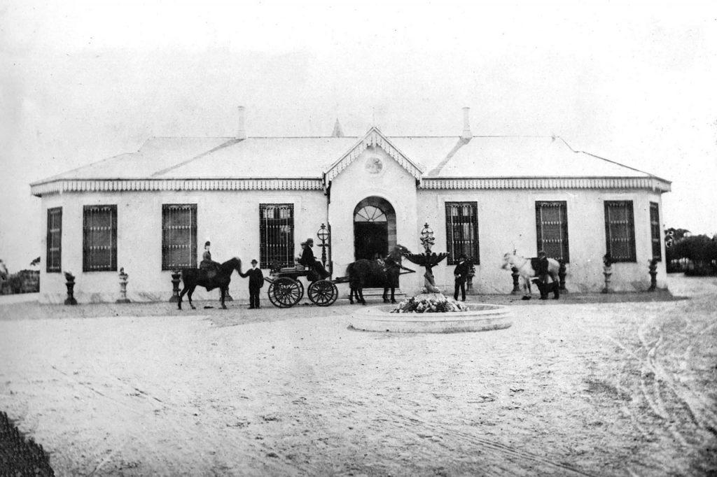 Frente original de la estancia, vista desde la calle España (1870)