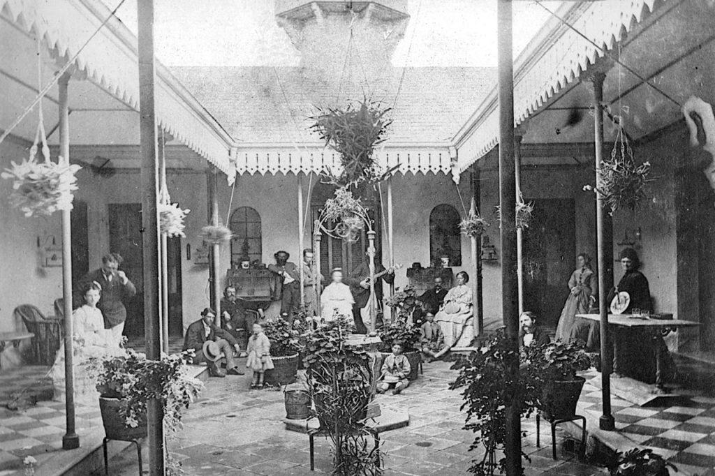 """Patio interno, actual comedor del Colegio en donde se observa la torrecilla mirador """"La Torre"""". Vista desde la puerta central de espaldas a la calle España (1870)"""