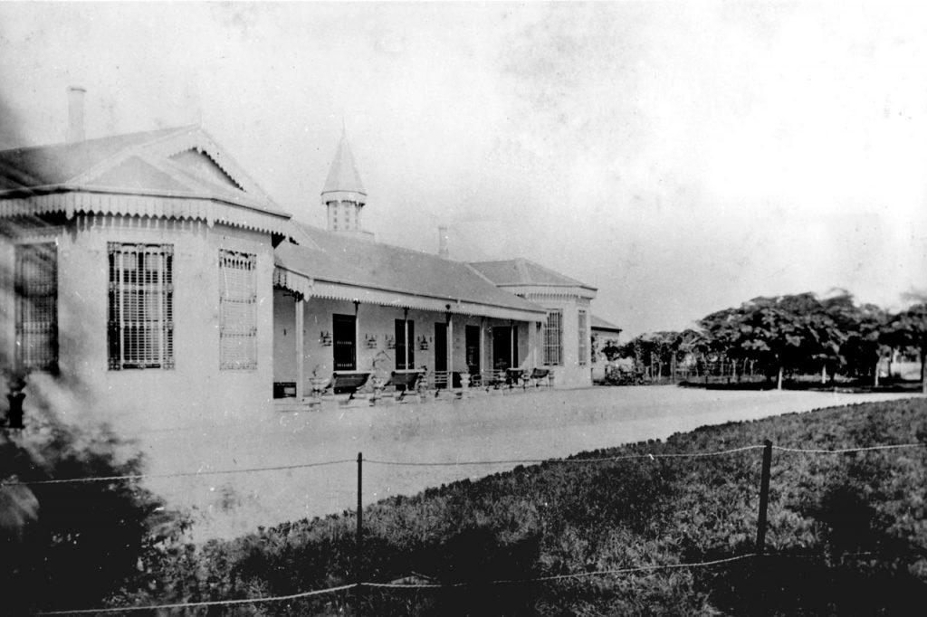 Frente actual, vista desde el estacionamiento (Foto de 1870)