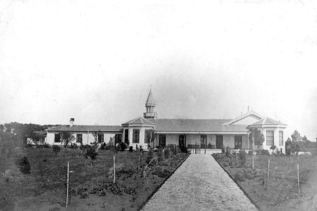 Vista lateral del casco de la estancia desde la calle Garibaldi (1870)