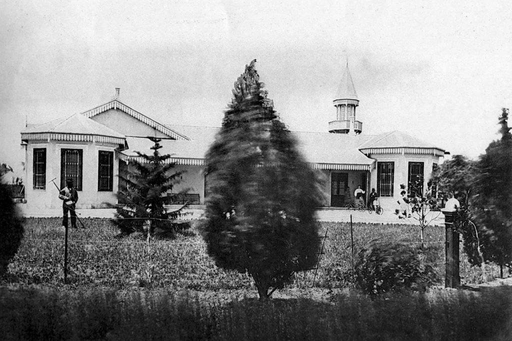 Frente actual del Colegio, se observan árboles que todavía están en pie en el jardín del Secundario (1870)