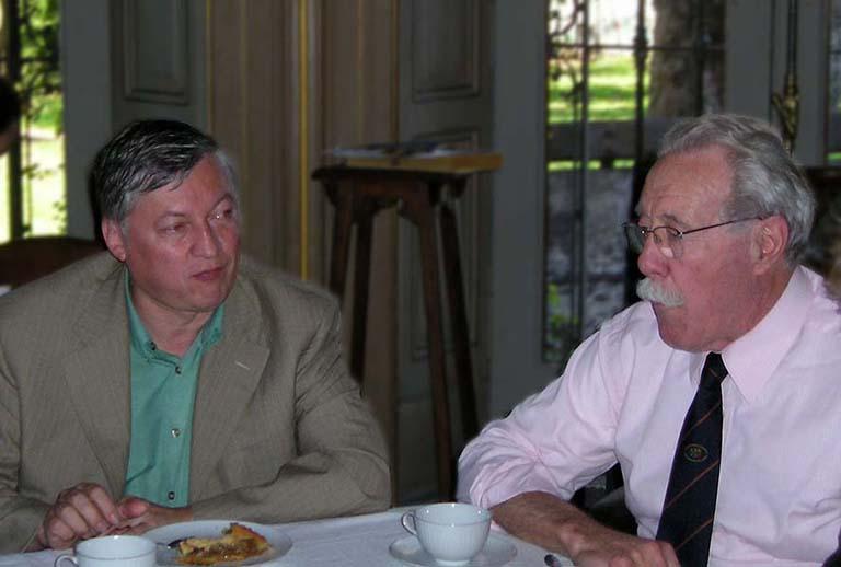 El gran maestro internacional de Ajedrez, Anatoli Kárpov tomando el té junto a John R. Vibart en la Sala del Colegio, luego de haber jugado partidas simultáneas con alumnos del Colegio