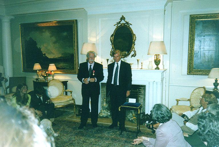 Entrega de la medalla correspondiente al Título de Oficial del Imperio Británico (OBE), otorgado por la Reina Isabel II, a través de su Embajador Sir. Robin Christhopher KBE CMG a John R. Vibart