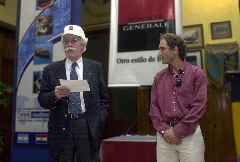 John R. Vibart OBE presentando a Cachito Vigil (Head Coach de las Leonas) en un seminario sobre Valores en el Colegio San Albano