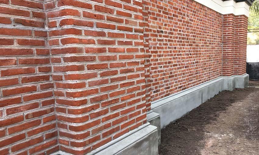 Terminación de la pared del Centennial Hall que da al patio de juegos de Kindergarten